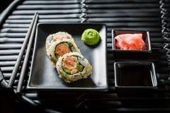 Крупный план свежих суш с wasabi и соевым соусом стоковые фотографии rf