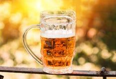 Крупный план светлого пива в большом стекле, спирте Стоковые Изображения