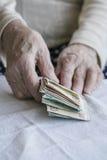Крупный план сморщенных рук подсчитывая банкноты турецкой лиры Стоковое Фото