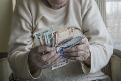 Крупный план сморщенных рук подсчитывая банкноты турецкой лиры Стоковые Фотографии RF