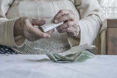 Крупный план сморщенных рук подсчитывая банкноты турецкой лиры Стоковые Изображения