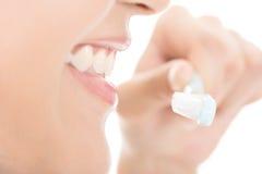 Крупный план снятый зубов женщины чистя щеткой стоковое изображение rf