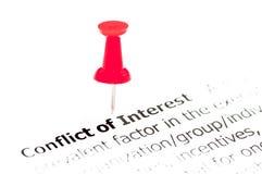 Крупный план снятый над конфликтом интересов слов на бумаге стоковые изображения rf