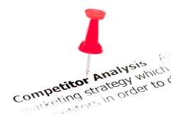 Крупный план снял над анализом конкурента слов на бумаге Стоковое Изображение