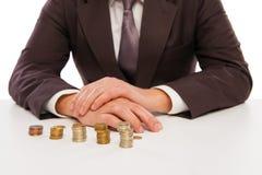 Крупный план снял рук подсчитывая монетки над белизной Стоковое Изображение RF