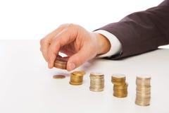 Крупный план снял рук подсчитывая монетки над белизной Стоковая Фотография RF