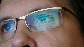 Крупный план снял человека в стеклах занимаясь серфингом интернет сток-видео