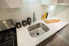 Крупный план современного интерьера кухни Стоковые Фото