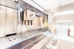 Крупный план современной печи стены в кухне стоковые фотографии rf