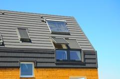 Крупный план солнечного топления панели воды, Dormers, панелей солнечных батарей, окон в крыше Пассивная концепция жилищного стро стоковое фото rf
