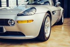 Крупный план старого автомобиля с серебряной пестрой краской на выставке автомобиля Стоковая Фотография
