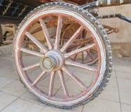Крупный план старого деревянного колеса экипажа Стоковые Фото