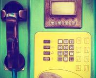 Крупный план старого общественного телефона в phonebooth Стоковое фото RF