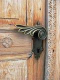 Крупный план старой высекаенной деревянной двери Стоковые Фотографии RF
