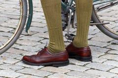 Крупный план старомодных кожаных ботинок и зеленых чулков Стоковое фото RF