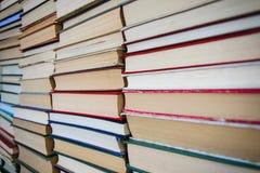 Крупный план стена книг на библиотеке shelves Стоковые Изображения