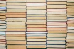 Крупный план стена книг на библиотеке shelves Стоковые Изображения RF