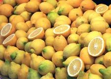 Крупный план стойла рынка лимонов Стоковая Фотография