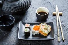 Крупный план суш на черном керамическом блюде Стоковая Фотография RF