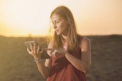 Крупный план счастливой женщины используя таблетку Стоковые Изображения RF