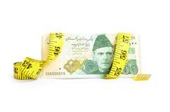 Крупный план счета валюты 500 рупий пакистанского обернутого в ленте измерения Стоковое фото RF