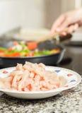 Крупный план сырцового chiken тарелка и женский варить в лотке в ба Стоковое Фото
