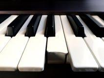 Крупный план сломленного ключа электронного рояля Стоковые Фото