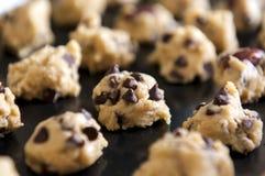 Крупный план теста печений обломока шоколада на подносе выпечки готовом для печь Стоковое Фото