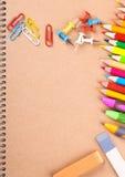 Крупный план тетради с покрашенными карандашами Стоковое Изображение RF