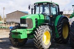 Крупный план трактора после вспахивать Колеса предусматриванные с грязью Агро Стоковые Изображения RF
