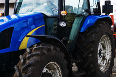 Крупный план трактора после вспахивать Колеса предусматриванные с грязью Агро Стоковое Изображение