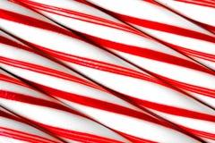 Крупный план тросточек конфеты пипермента встает на сторону - мимо - сторона Стоковые Фотографии RF