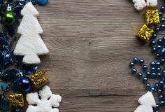 Крупный план украшений праздника на деревянной предпосылке с космосом для текста Стоковая Фотография RF