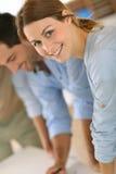 Крупный план усмехаясь женщины работая в офисе Стоковое фото RF