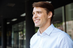 Крупный план усмехаясь красивого молодого бизнесмена Стоковая Фотография