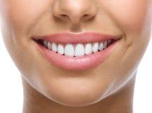 Крупный план улыбки с белыми зубами Стоковые Изображения RF