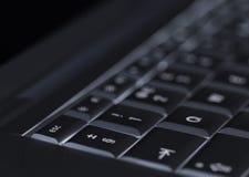 Крупный план фокуса подсвеченной клавиатуры компьтер-книжки компьютера селективного на идеале ключа избежания для лучшего из лучш Стоковые Фото
