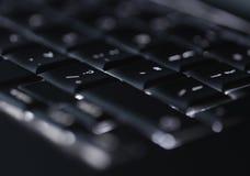 Крупный план фокуса подсвеченной клавиатуры компьтер-книжки компьютера селективного на идеале ключа вопросительного знака для sta Стоковая Фотография RF
