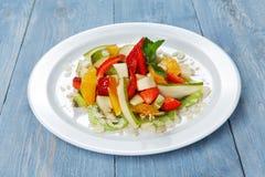 Крупный план фруктового салата, еда vegan на древесине Стоковое Изображение RF