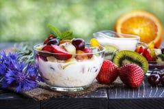 Крупный план фруктового салата с ягодами, югуртом и granola в стекле Стоковое Изображение