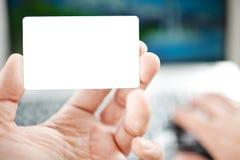 Крупный план ходить по магазинам человека онлайн используя компьтер-книжку стоковое фото rf