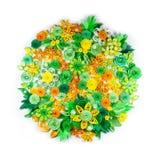 Крупный план цветков желтых, зеленых, апельсина и белой бумаги quilling аранжировал в круге Стоковая Фотография RF