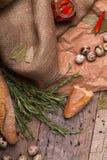 Крупный план части белого багета, яичек триперсток, перца красного chili, высушенный залив выходит на светлую деревянную предпосы Стоковые Изображения