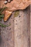 Крупный план части свежего багета, высушенной вверх по заливу выходит, яичка триперсток, раковины яичек на светлой деревянной пре Стоковое Изображение RF