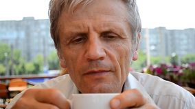 Крупный план чая старика портрета выпивая акции видеоматериалы