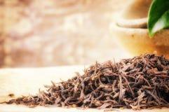 Крупный план черного чая и чайника Стоковые Изображения RF