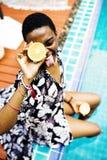 Крупный план чернокожей женщины сидя бассейном Стоковое Фото