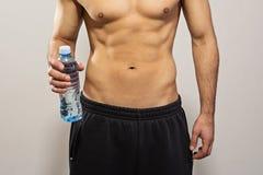 Крупный план человека держа бутылку воды Стоковая Фотография RF