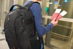 Крупный план человека держа пасспорты и посадочный талон Стоковое Изображение RF