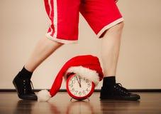 Крупный план человека с будильником время конца рождества предпосылки красное вверх Стоковые Фото
